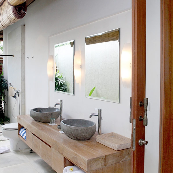 Private ensuite bathroom with outdoor shower