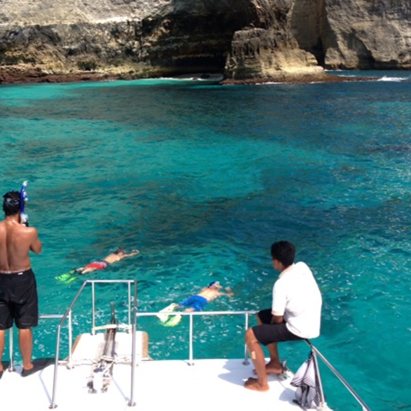 Go snorkelling off the coast of Nusa Lembongan with our exclusive boat charter