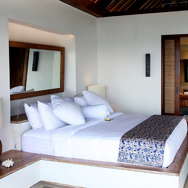King-sized bed with ensuite bathroom